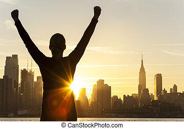 exitoso, mujer, salida del sol, horizonte de new york city