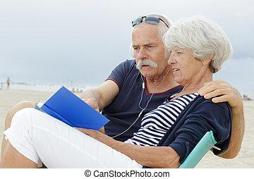 exotique, affectueux, plage, couple, vacances, personne agee