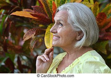 exotique, femme âgée, jardin