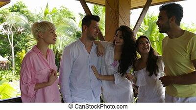 exotique, groupe, communiquer, gens, jeune, gai, conversation, forêt, course, été, terrasse, sourire, amis, mélange, heureux