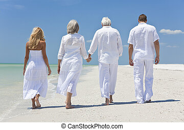 exotique, marche, famille, gens, mains, vue, deux couples, aînés, tenue, générations, plage, ou, arrière, quatre