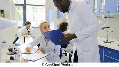 expérience, fonctionnement, africaine, expliquer, moderne, scientifique, mélange, américain, course, plan, femme, équipe, laboratoire, collègue, chercheurs