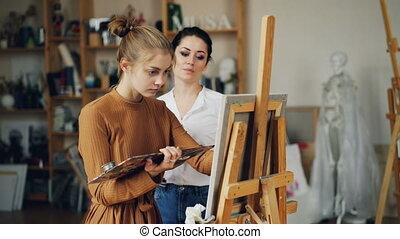 expérimenté, art, prof, est, fonctionnement, à, jolie fille, talanted, étudiant, peinture, image, et, conversation, partage, expérience, intérieur, dans, salle travail, entiers, de, artworks.