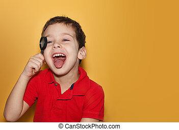 experiência., amarela, magnificar, menino, mostra, rir, olhar, texto, tongue., espaço, t-shirt vermelho, puro, jovem, copo