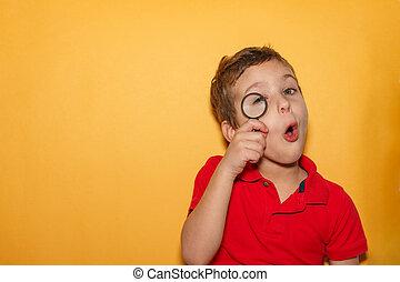 experiência., amarela, magnificar, menino, olhar, texto, espaço, t-shirt vermelho, puro, através, jovem, vidro