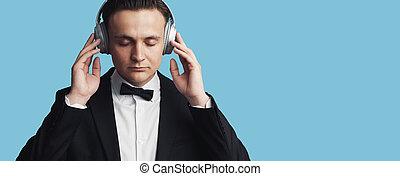 experiência azul, jovem, escutar música, homem