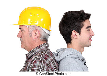 experimentado, tradesman, ficar, costas apoiar, com, seu, novo, aprendiz