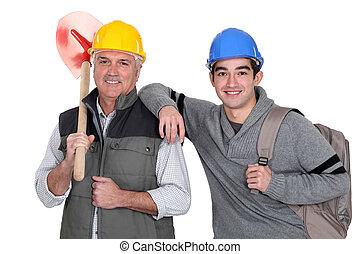 experimentado, tradesman, posar, com, seu, novo, aprendiz