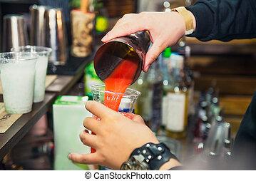 expert, pro, barman, est, confection, cocktail, et, versant boisson, dans, a, plastique, verre, sur, les, fond couleur, à, gens., boire, cocktails, vie nocturne, et, fête, événement, concept., sective, foyer, espace, pour, text.