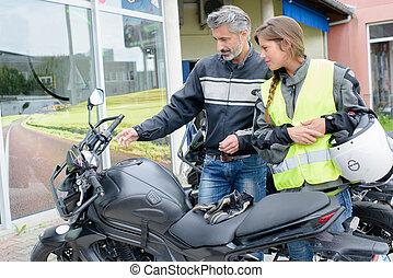 explicar, dama, motocicleta, controles, hombre