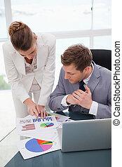 explicar, investigación, resultados, mujer de negocios