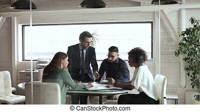 explique, mâle, directeur, caucasien, financier, équipe, briefing, rapport, formation