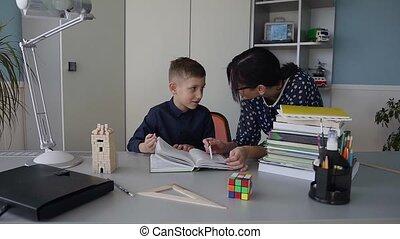 expliquer, école, homework., lire, enseigne, primaire, jeune, livre, pupille, well., prof, devoirs