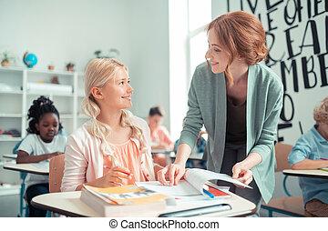 expliquer, école, tâche, girl., sourire, prof