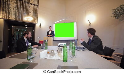 expliquer, collègues, réunion, quelque chose