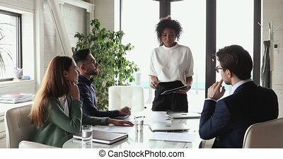 expliquer, directeur, groupe, projet, africaine, constitué, femme affaires, briefing., confiant
