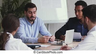 expliquer, divers, constitué, patron, employés, stratégie, briefing, parler