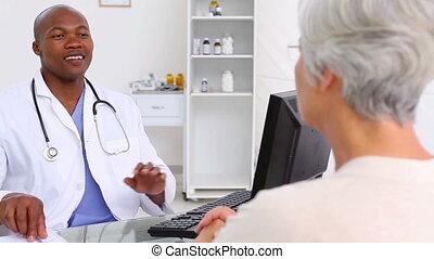 expliquer, femme, douleur, elle, docteur, mûrir