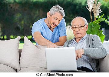 expliquer, ordinateur portable, quelque chose, personne agee, infirmière, homme