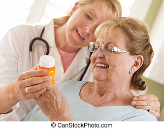expliquer, prescription, docteur, ou, adulte, femme, infirmière, woman., personne agee, heureux