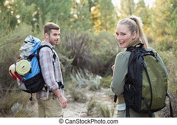 explorar, pareja, bosque, joven, ataque