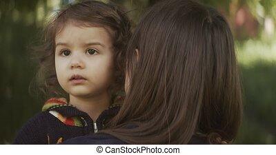 explorer, enfantqui commence à marcher, long, girl, mère, lockdown., parc, après