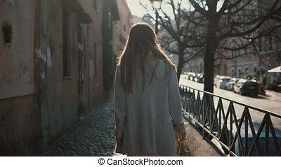 explorer, marche, femme, touriste, ville, ensoleillé, jeune, long, dos, day., clair, rue, femme, nouveau, cheveux, vue