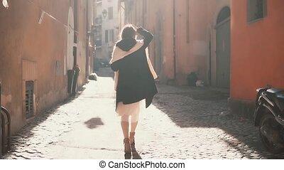 explorer, marche, femme, vieux, touriste, dépenser, ensoleillé, haut, jeune, day., rue, vacances, joli, europe, girl, city.