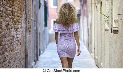 explorer, marche, femme, vieux, touriste, town., dépenser, ensoleillé, haut, jeune, day., rue, vacances, petit, europe, girl