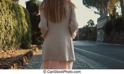 explorer, marche, femme, ville, printemps, parc, jeune, day., clair, rêveur, long, weather., apprécier, girl, heureux