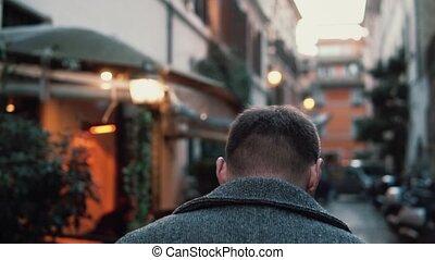 explorer, marche, vieux, touriste, town., dépenser, haut, jeune, rue, vacances, cafe., europe, petit, élégant, type, homme