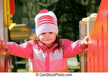 explorer, petite fille, cour de récréation