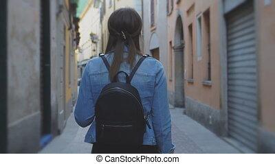 explorer, touriste, dos, vieille ville, como., femme, vue.