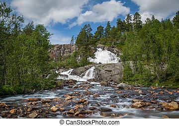 exposição longa, foto, de, cachoeira, ligado, a, montanha, rio, em, norway.