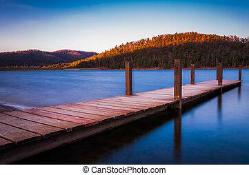 exposición larga, de, un, pequeño, muelle, en, punta de flecha del lago, cerca, shenandoah parque nacional, en, luray, virginia