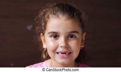 exposition, teeth., portrait, langue, girl, enfant, bébé, édenté, par, sien, spectacles, trou, absence, smile.