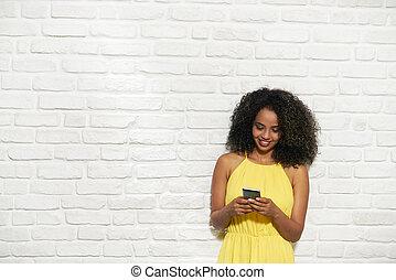 expressions faciales, de, jeune, dame a peau noire , sur, mur brique