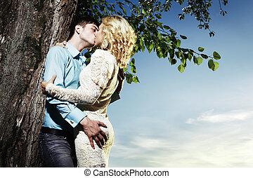 extérieur, amour, couple, parc, embrasser, portrait