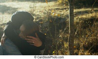 extérieur, amour, romantique coupler, jeune, étreindre