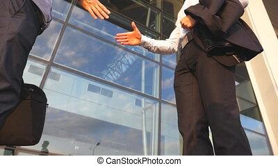 extérieur, bureau, autre., deux, secousse, fin, poignée main, lent, bras, réunion, salutation, urbain, business, environment., hands., bâtiment, collègues, haut, mouvement, hommes affaires, chaque, dehors., mâle, secousse