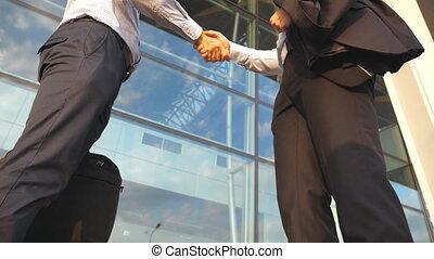 extérieur, bureau, haut, secousse, fin, bâtiment., poignée main, lent, bras, autre, urbain, business, environment., deux, dehors., hands., collègues, salutation, mouvement, hommes affaires, chaque, rencontrer, mâle, secousse