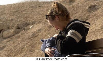 extérieur, conversation, mère, bébé, petit, sourire