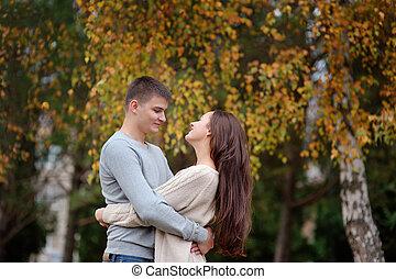 extérieur, couple, parc, jeune, automne, embrasser, heureux