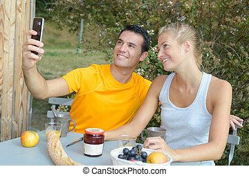 extérieur, couple, prendre, avoir, quoique, petit déjeuner, selfie