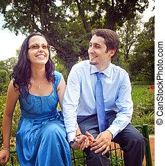 extérieur, couple, rire, amusement, avoir, heureux