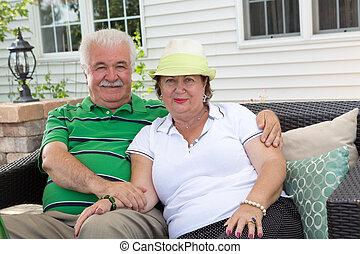 extérieur, délassant, couple, personnes agées, patio, aimer
