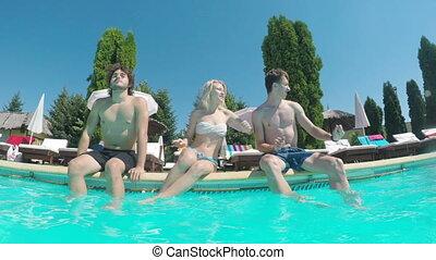 extérieur, danse, trois, bord, amusement, amis, avoir, piscine
