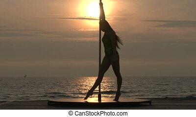 extérieur, danseur, séance entraînement, étirage, jeune, poteau, femme, mer, poledance, avant