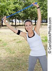 extérieur, fitness, élastique, exercisme, bande, résistance, femme