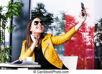 extérieur, girl, selfie, café, urbain, prendre